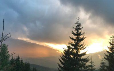Trasee montane virgine deasupra norilor
